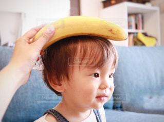 バナナを保持している少年 - No.1197071