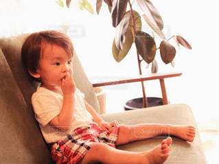 赤ん坊を持っている人の写真・画像素材[1214976]