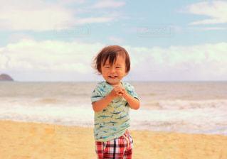 ビーチに立っている女の子の写真・画像素材[1234294]
