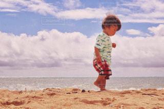 ビーチに立っている少年の写真・画像素材[1261272]