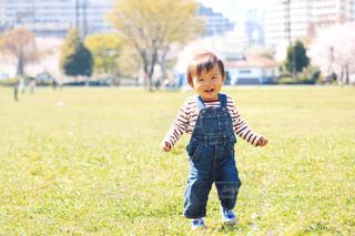 フィールドで野球バットを握る少年の写真・画像素材[1266118]