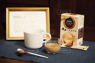 テーブルの上のコーヒー カップの写真・画像素材[1272942]