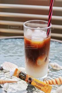 コーヒーやビール、テーブルの上のガラスのカップの写真・画像素材[1306953]