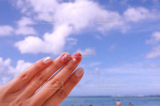 水のボトルを持っている手の写真・画像素材[1312497]