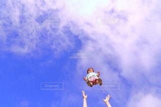 曇りの日に空気を通って飛んで人の写真・画像素材[1312530]