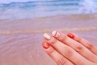 オレンジを持っている手の写真・画像素材[1324484]