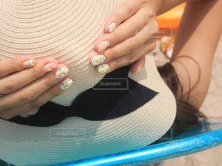 夏空の下のレモンネイルと麦わら帽子の写真・画像素材[1328223]