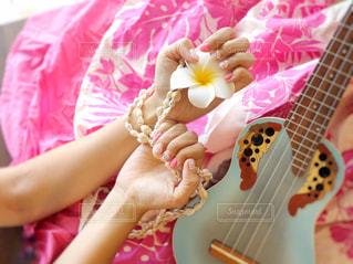 ギターを持っている人の写真・画像素材[1384018]