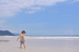 ビーチに立っている人の写真・画像素材[1385285]