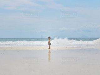 砂浜の上に立っている人の写真・画像素材[1385289]