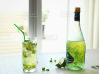 クローズ アップ ボトルとテーブルの上のビールのグラスの写真・画像素材[1415728]