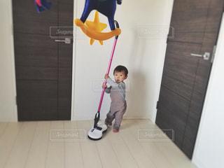 床の上に立つ小さな男の子の写真・画像素材[1487253]