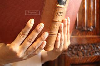 彼の手のオブジェクトを持っている手の写真・画像素材[1544781]