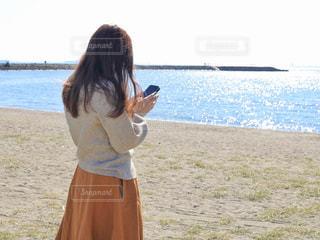 水の体の横に立っている女の子の写真・画像素材[1588214]
