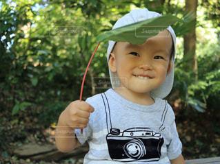 帽子をかぶった小さな男の子の写真・画像素材[1588607]
