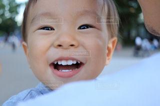 近くに小さな子供をカメラで笑顔のアップの写真・画像素材[1592627]