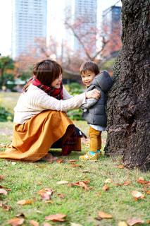 芝生に座っている小さな男の子の写真・画像素材[1647105]