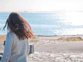 ビーチに立っている人の写真・画像素材[1682458]