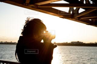 水の体の前に立っている人の写真・画像素材[1685269]