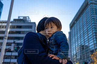 男性,冬,ビル,親子,青空,青,都会,ブルー,昼,日本橋,抱っこ,パパ,男の子,泣き顔,ぼうや