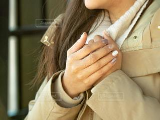 彼女の携帯電話を見ている女性の写真・画像素材[1746284]