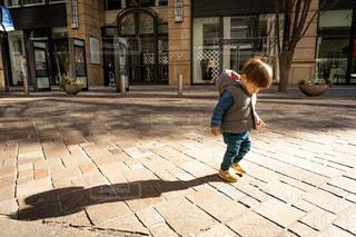 歩道上に立って若い男の子の写真・画像素材[1751051]