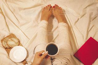 ベッドの上に座ってコーヒー カップの写真・画像素材[1752393]