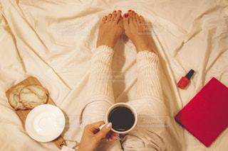 ベッドの上に座ってコーヒー カップの写真・画像素材[1752395]