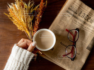 木製のテーブルの上に座ってコーヒー カップの写真・画像素材[1752414]