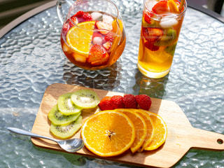 テーブルの上にフルーツとケーキのスライスの写真・画像素材[1776159]