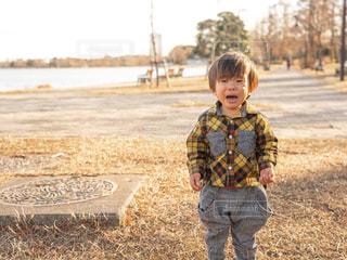 草の中に立っている小さな男の子の写真・画像素材[1788701]