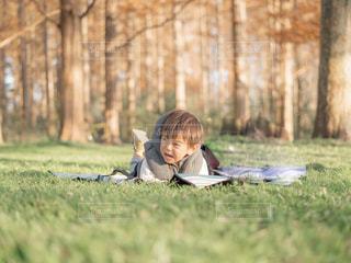 芝生に座っている少女の写真・画像素材[1788705]
