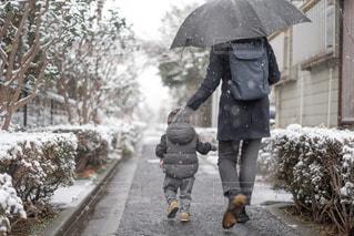 雪に覆われた道を歩く女性の写真・画像素材[1797972]