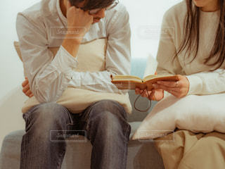 男とソファの上に座っている女性の写真・画像素材[1814066]