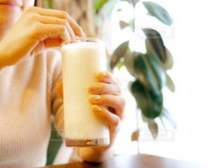 コーヒーのカップを持っている手の写真・画像素材[1819711]