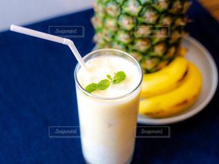 コーヒー カップの横に座ってバナナの写真・画像素材[1819712]