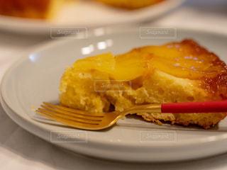 テーブルの上に食べ物のプレートの写真・画像素材[1822972]