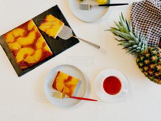 テーブルの上に食べ物の種類トッピング白プレートの写真・画像素材[1828254]