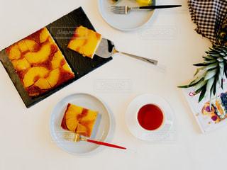テーブルの上に食べ物の種類トッピング白プレートの写真・画像素材[1828256]