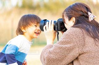 子供を持っている人の写真・画像素材[1829066]