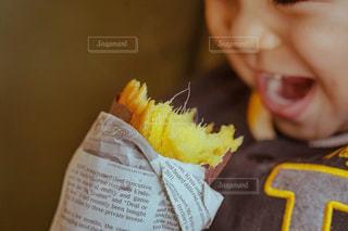 ケーキの一部を保持している小さな女の子の写真・画像素材[1834402]