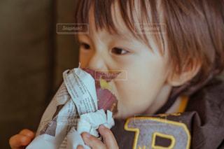 いくつかの料理を食べている男の子の写真・画像素材[1834404]
