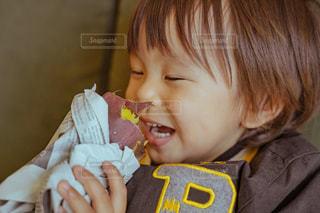 いくつかの料理を食べている男の子の写真・画像素材[1834411]
