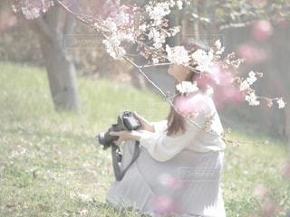 花を持っている人の写真・画像素材[1872036]
