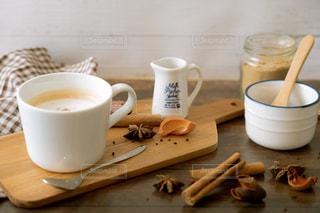 温かい,テーブル,スプーン,マグカップ,カップ,紅茶,美味しい,ドリンク,ミルクティー,置き画,八角,ジンジャー,トレー,フォトジェニック,アッサム,ミルクチャイ,チャイパウダー