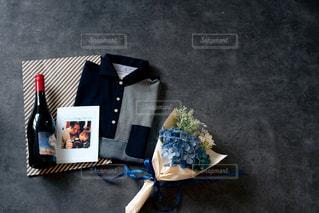 テーブルの上のチラシの積み重ねの写真・画像素材[2170838]