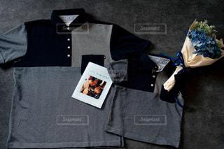 白いシャツを持った人の写真・画像素材[2170840]