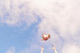 曇りの日に空中を飛んでいる人の写真・画像素材[2171961]