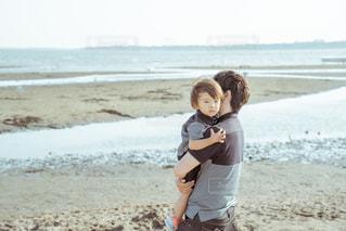 砂浜に立っている少年の写真・画像素材[2187090]