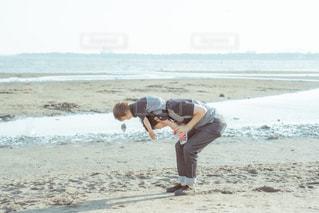 砂浜の上に立っている人の写真・画像素材[2187094]